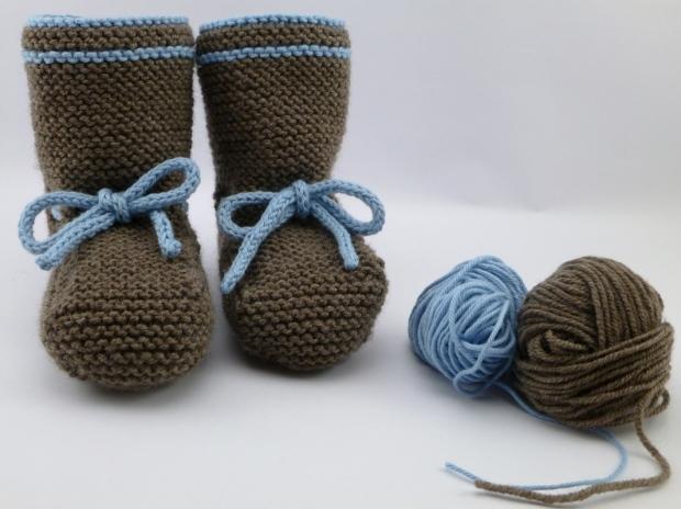 Patucos de lana marrón y azul