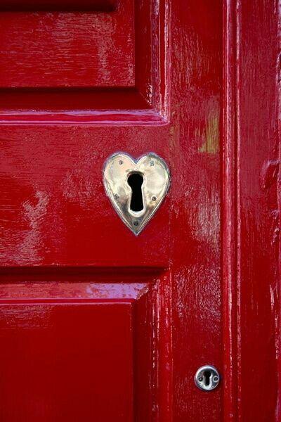 puerta roja cerradura corazon