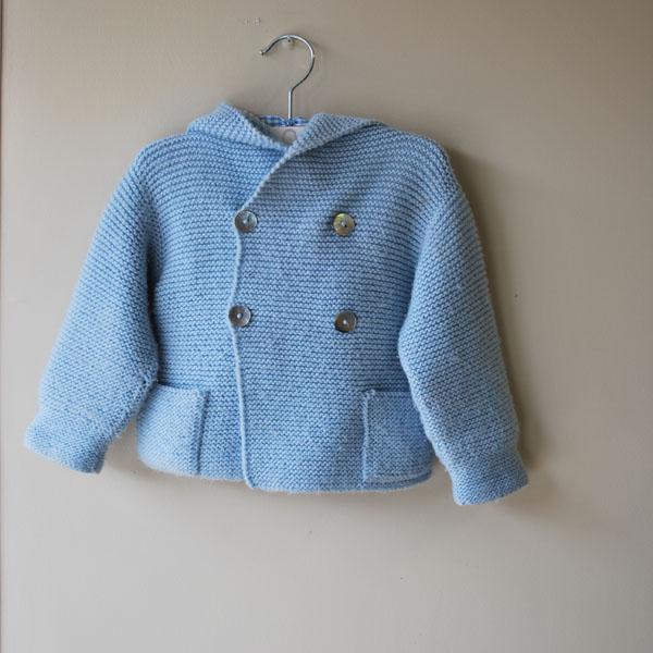 trenca de lana azul de bebe con capucha hecha a mano
