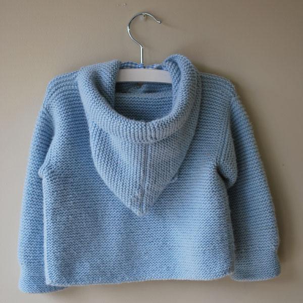 trenca de lana azul de bebe con capucha hecha a mano detrás