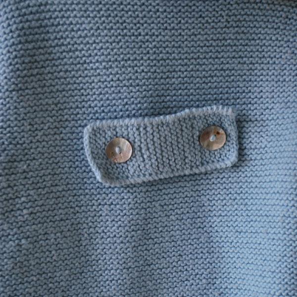Travilla de trenca de lana azul de bebe con capucha hecha a mano
