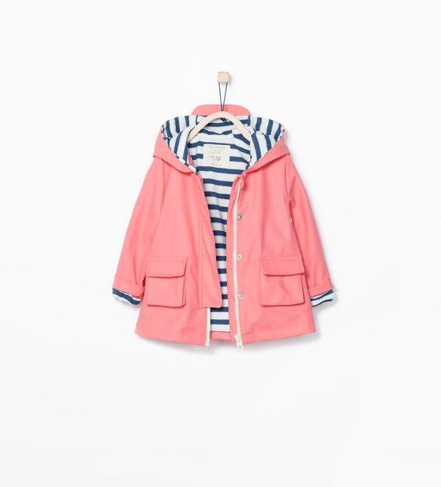 chubasquero de niña de zara rosa con forro marinero de rayas azul