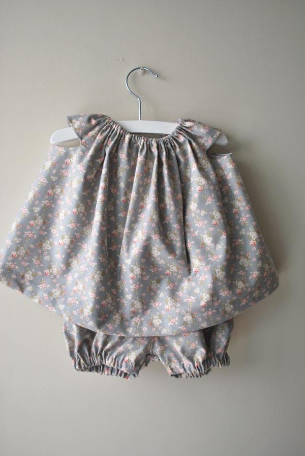 conjunto de bebé niña de vestido y culotte de flores hecho a mano