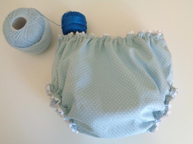 culotte o cubrepañales de bebé de primera puesta en azul con lunares o topitos blancos hecho a mano