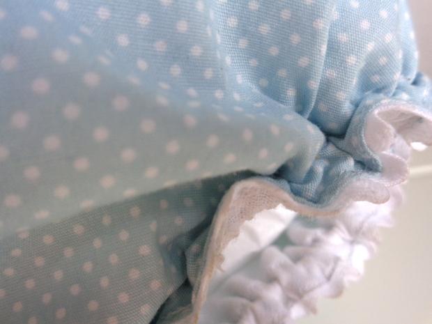 detalle del culotte o cubrepañales de bebé de primera puesta en azul con lunares o topitos blancos hecho a mano