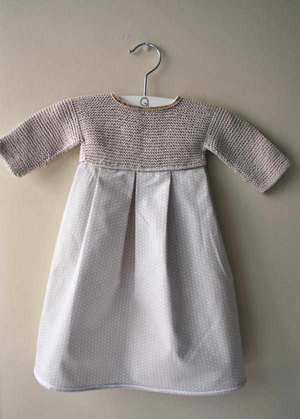 faldón de bebé de primera puesta beige de algodón con tela de lunarcitos hecho a mano