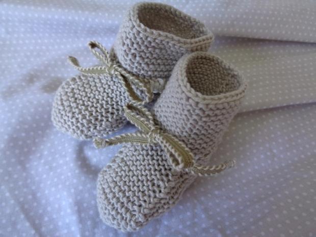patucos para faldón beige de algodón de bebé de lunarcitos