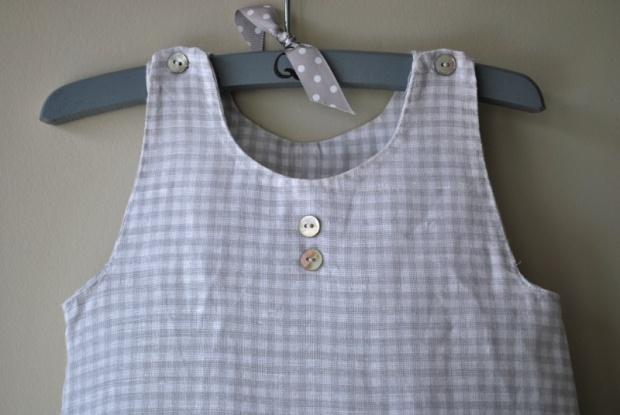 detalle de ranita pelele de bebe en lino de cuadritos vichy en gris
