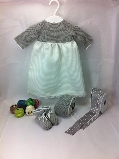 Conjunto de faldon de pique con punto de lana gris con patucos y capota hecho a mano handmade