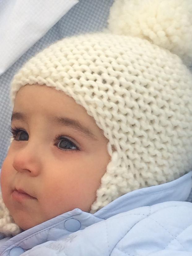 bebe con gorro pompon y orejeras lana hueso amano handmade
