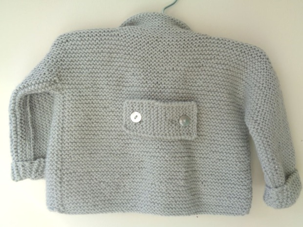 jersey chaqueton gris primer puesta a mano_detras
