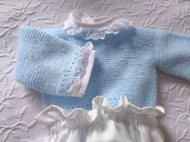 detalle-conjunto-ranita-primera-puesta-jersey-azul.jpg